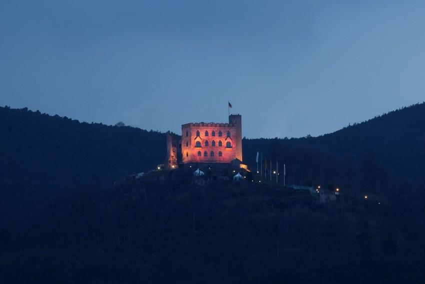 Hambacher Schloss rosa beleuchtet